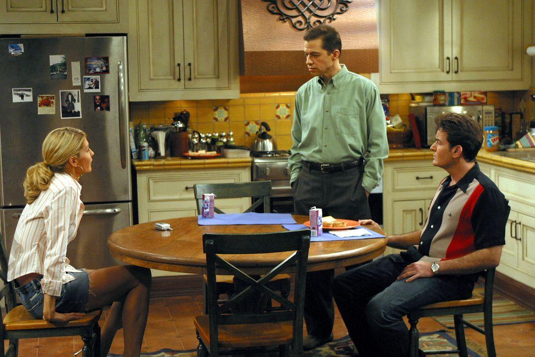 Gegen Charlies (Charlie Sheen, r.) Rat hin bietet Alan (Jon Cryer, M.) Frankie (Jenna Elfman, l.) an, gemeinsam mit ihrer Tochter bei Ihnen einzuzie... - Bildquelle: Warner Brothers Entertainment Inc.