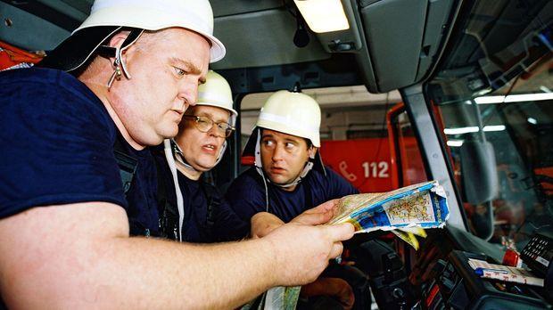 Die Feuerwehrleute Profitlich (l.), Mann (M.) und Lehel (r.) diskutieren über...