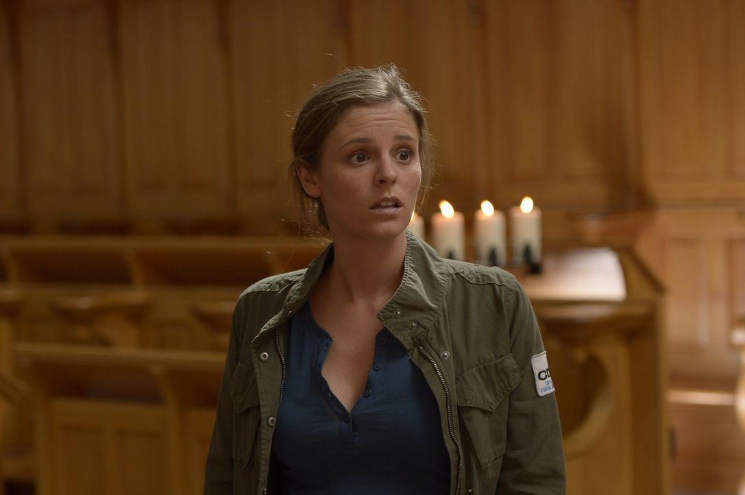 Sarah (Jordan Hayes) ist geschockt, als sie bemerkt, dass ihr ehemaliger Kollege auf der mysteriösen Insel zu leben scheint. Wird sie von ihm erfahr... - Bildquelle: Philippe Bosse 2014 Sony Pictures Television Inc. All Rights Reserved./Syfy