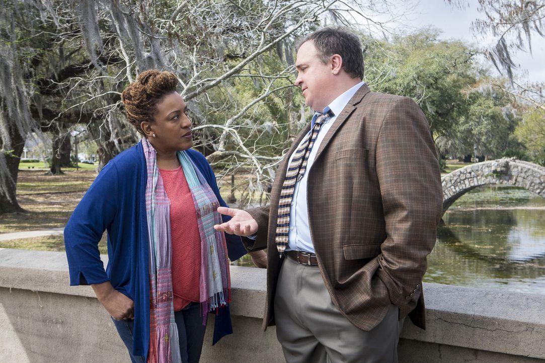Loretta (CCH Pounder, l.) stellt ihren Freund, den Gerichtsmediziner Dr. Steven Bellamy (Gary Basaraba, r.), zur Rede. Denn nur er besitzt möglicher... - Bildquelle: Skip Bolen 2016 CBS Broadcasting, Inc. All Rights Reserved