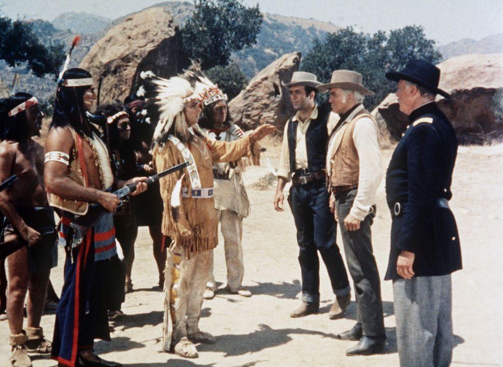 Adam Cartwright (Pernell Roberts, 3.v.r.) und Ben Cartwright (Lorne Greene, 2.v.r.) versuchen, zwischen den Indianern und der Armee zu vermitteln. - Bildquelle: Paramount Pictures