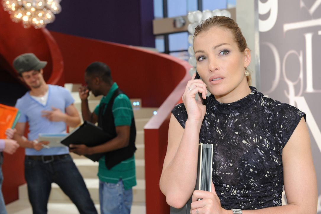 Annett (Tanja Wenzel, r.) hört von Enriques Outing als Toni ... - Bildquelle: SAT.1