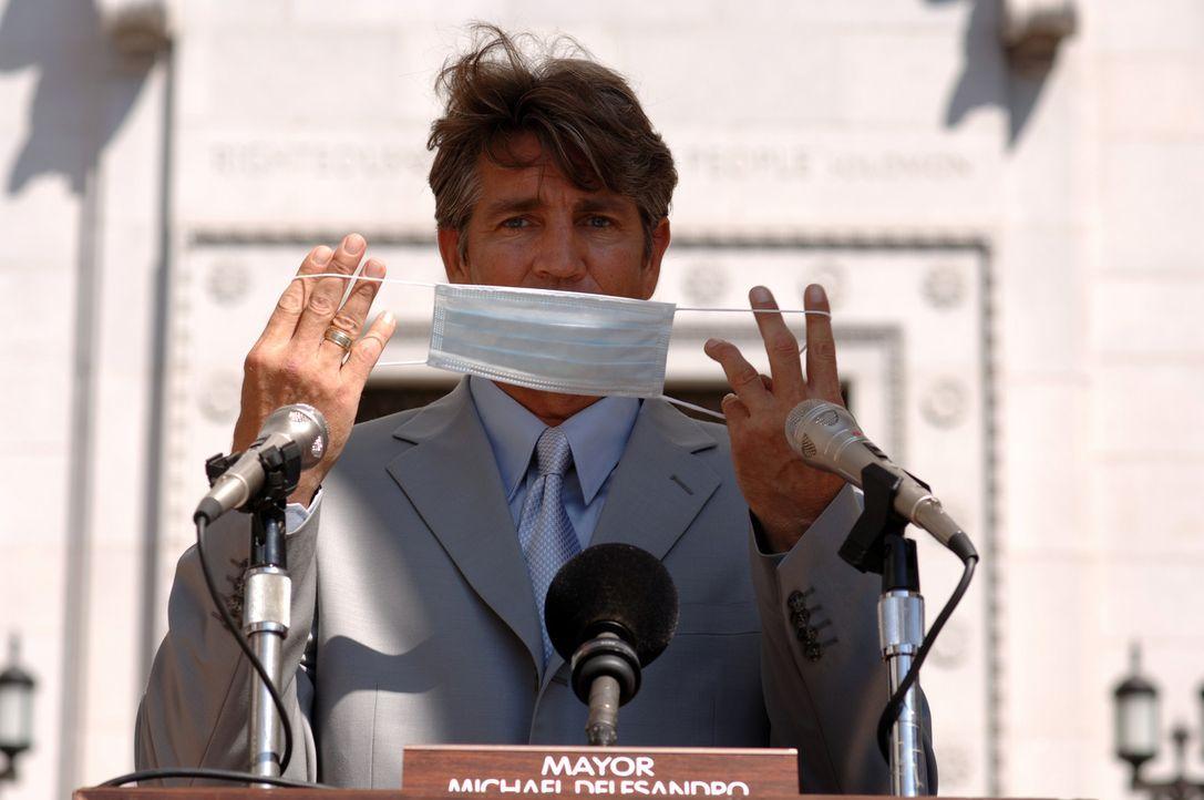 Zunächst will der Bürgermeister von L.A., Richard Dellasandro (Eric Roberts), die Gefahr nicht erkennen. Er sieht nur seine politische Karriere gefä... - Bildquelle: 2006 RHI Entertainment Distribution, LLC