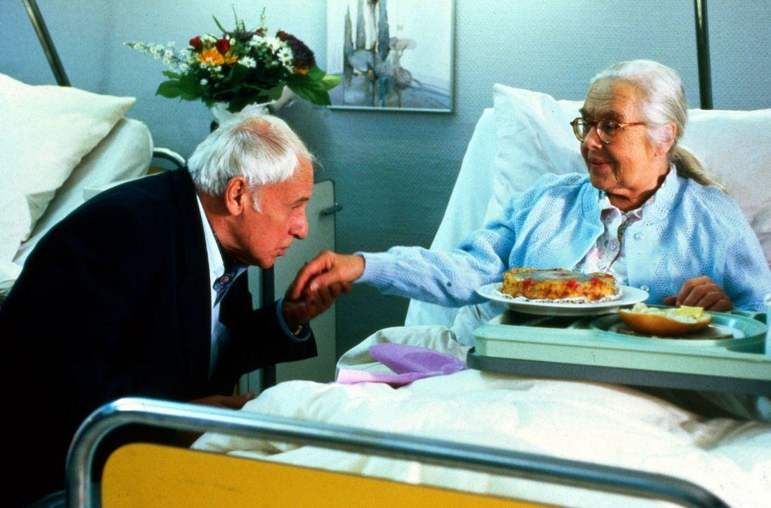 Die allein stehende Rentnerin Hedwig Bongard (Gerda Gmelin, r.) liegt mit einem Oberschenkelhalsbruch in der Klinik. Durch ihre Bettnachbarin lernt... - Bildquelle: Noreen Flynn Sat.1