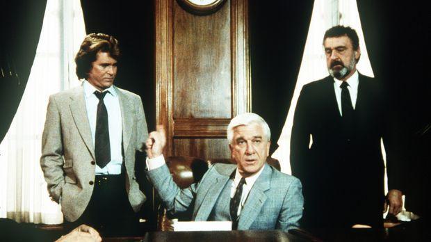 Jonathan (Michael Landon, l.) und Mark (Victor French, r.) nehmen als Mr. Ben...