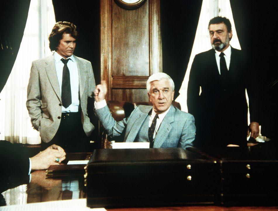 Jonathan (Michael Landon, l.) und Mark (Victor French, r.) nehmen als Mr. Bensons (Leslie Nielsen, M.) Leibwächter an einer Aufsichtsratssitzung te... - Bildquelle: Worldvision Enterprises, Inc.