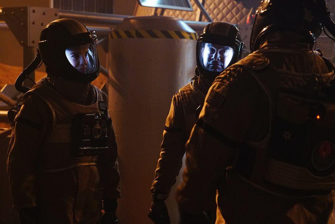 Sämtliche Ermittlungen im Mars-Mord verlaufen im Sand, bis Esposito (Jon Huertas, 2.v.l.) und Kate (Stana Katic, l.) eine schockierende Entdeckung m... - Bildquelle: Richard Cartwright ABC Studios