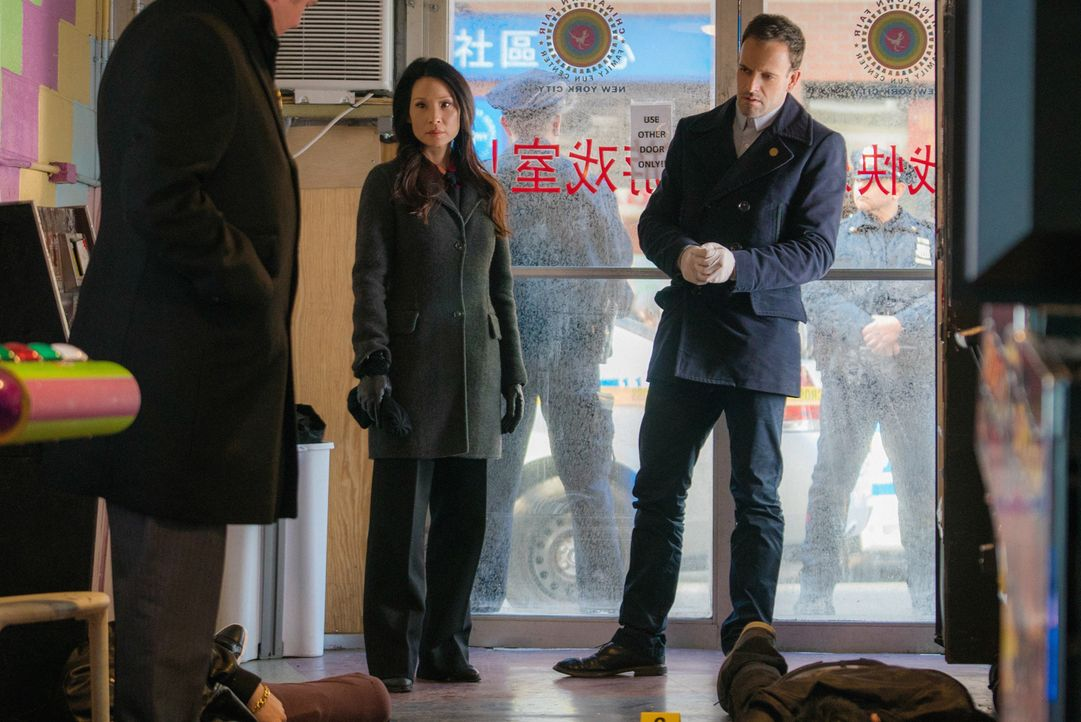 Als drei Gangmitglieder in Chinatown erschossen wurden, versuchen Sherlock Holmes (Jonny Lee Miller, M.) und Joan Watson (Lucy Liu, r.) den Mörder z... - Bildquelle: Michael Parmelee 2016 CBS Broadcasting Inc. All Rights Reserved.