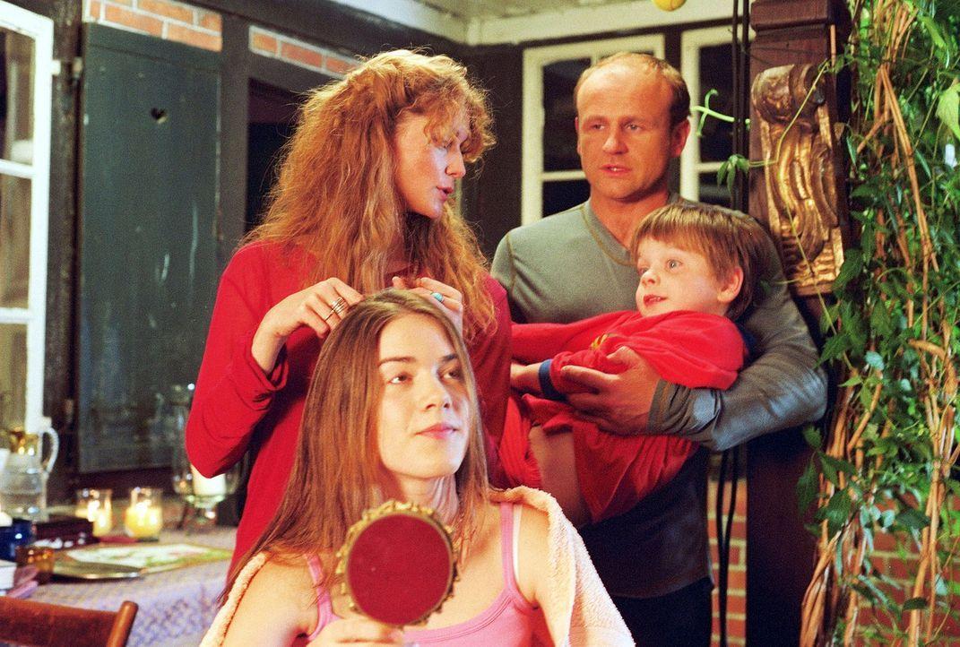 Dass Heidi (Esther Schweins, hinten l.) ihre Tochter Flora (Karoline Eckertz, vorne l.) die Haare nur bei Vollmond schneidet, während Linus (Floria... - Bildquelle: Sat.1