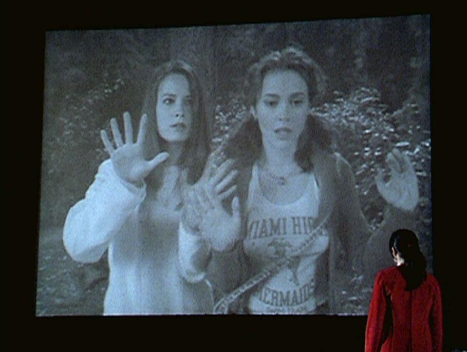 Piper (Holly Marie Combs, l.) und Phoebe (Alyssa Milano, M.) sind in einem Film der 20er Jahre gefangen ... - Bildquelle: Paramount Pictures