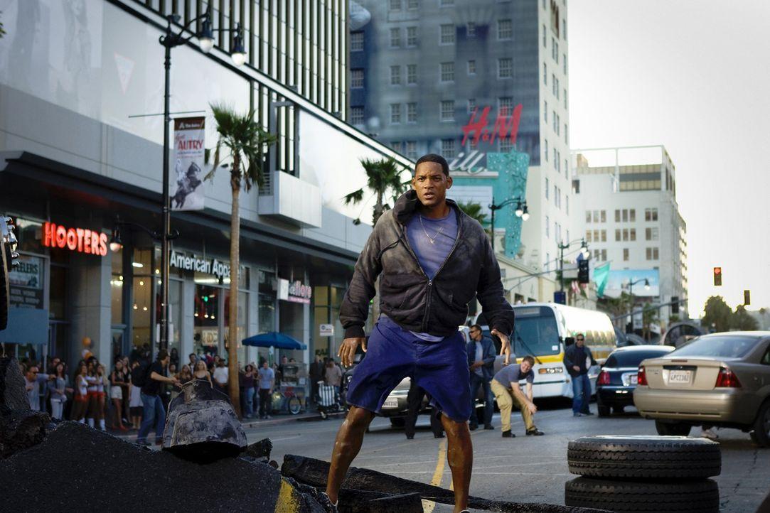 Dumm gelaufen: Unglücklicherweise hat Hancock (Will Smith) mal wieder weit übers Ziel hinaus geschossen ... - Bildquelle: Sony Pictures