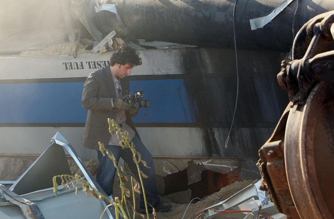 Ein Personen- und ein Güterzug rasen ineinander. Charlie (David Krumholtz) untersucht den Unfallort, um eventuelle Hinweise zu finden ... - Bildquelle: Paramount Network Television