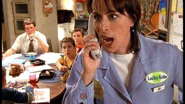 Lois (Jane Kaczmarek, r.) lässt am Telefon ihrem Ärger über einen vermeintlic...