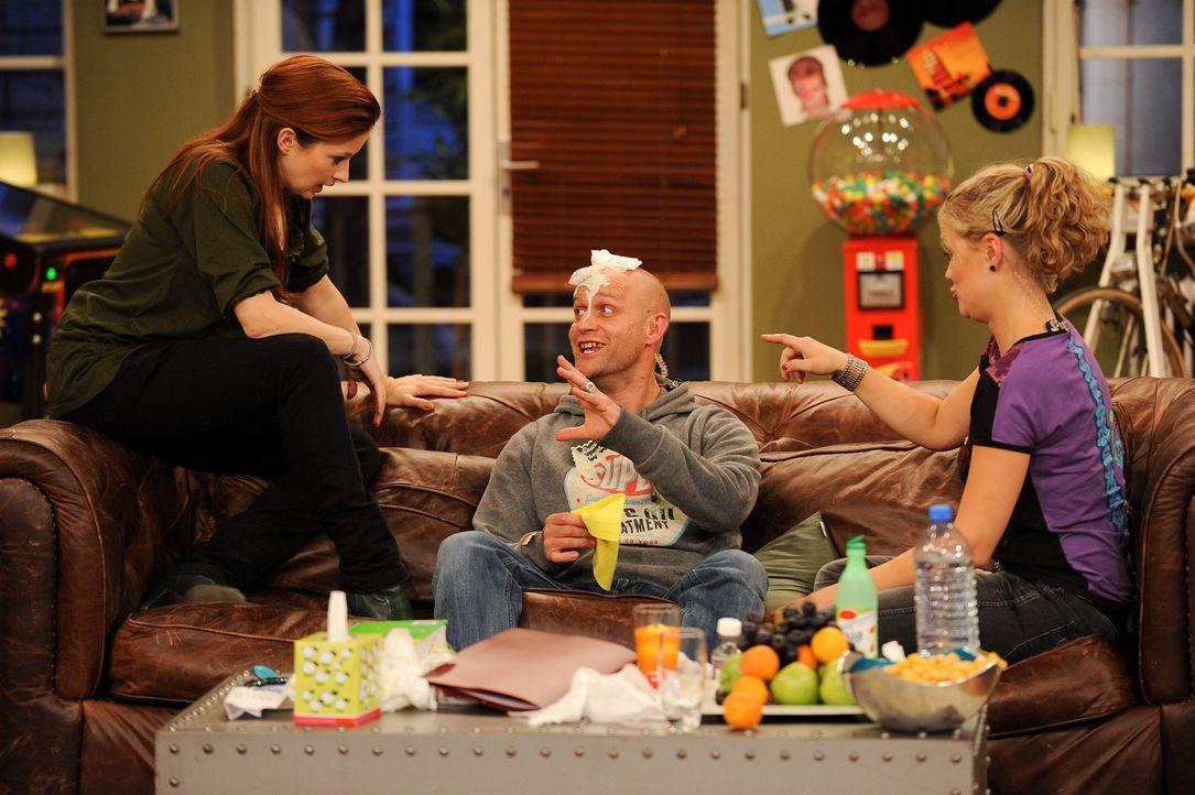 Jürgen (Jürgen Vogel, M.) ist krank. Seine Freunde Lisa (Lisa Feller, r.) und Loretta (Loretta Stern, l.) geben hilfreiche Genesungstipps ... - Bildquelle: Willi Weber SAT.1