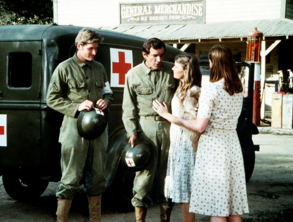 Curt (Tom Bower, 2.v.l.) hält mit seiner Einheit ein Manöver am Teich der Waltons ab. Mary Ellen (Judy Norton-Taylor, 2.v.r.) ist überglücklich, ihr... - Bildquelle: WARNER BROS. INTERNATIONAL TELEVISION