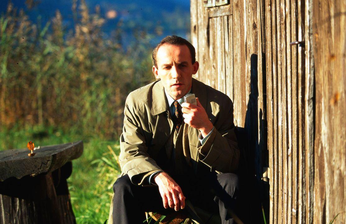 Stockinger (Karl Markovics) ermittelt auf dem Grundstück der Familie Lendl. Nach einiger Zeit zieht er sich in eine ruhige Ecke zurück, um seine Erk... - Bildquelle: Hermann Huber Sat.1