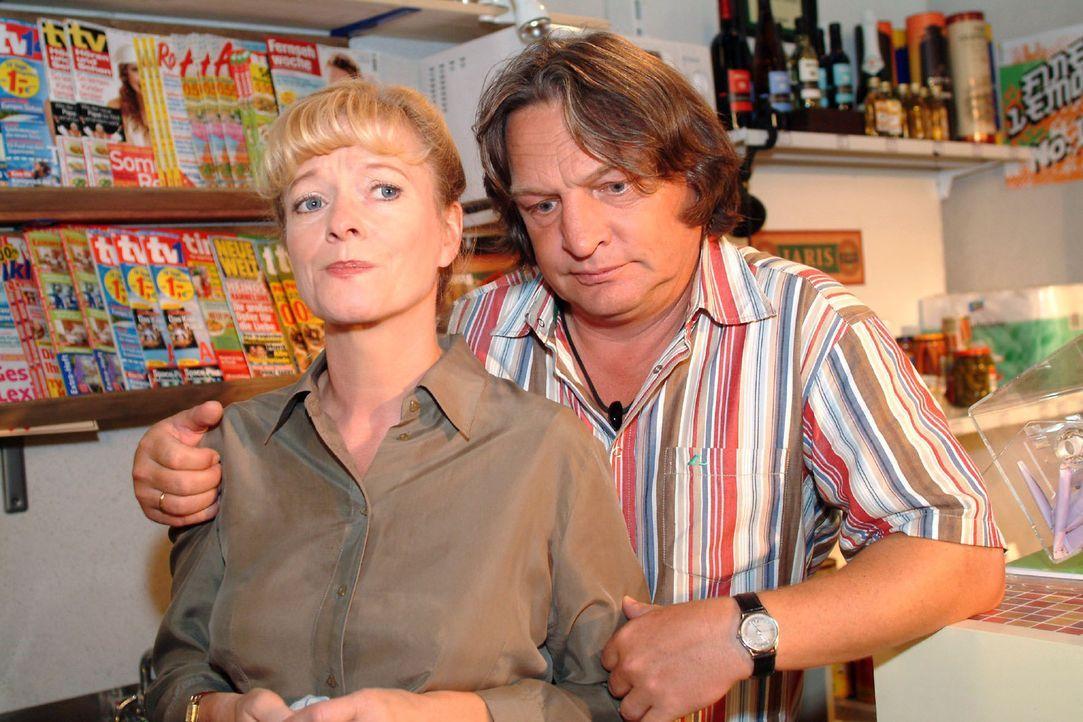 Bernd (Volker Herold, r.) bittet Helga (Ulrike Mai, l.) um Verzeihung, weil er geglaubt hat, dass sie ihn auf dem Turnier vor den Seidels blamiert h... - Bildquelle: Monika Schürle Sat.1