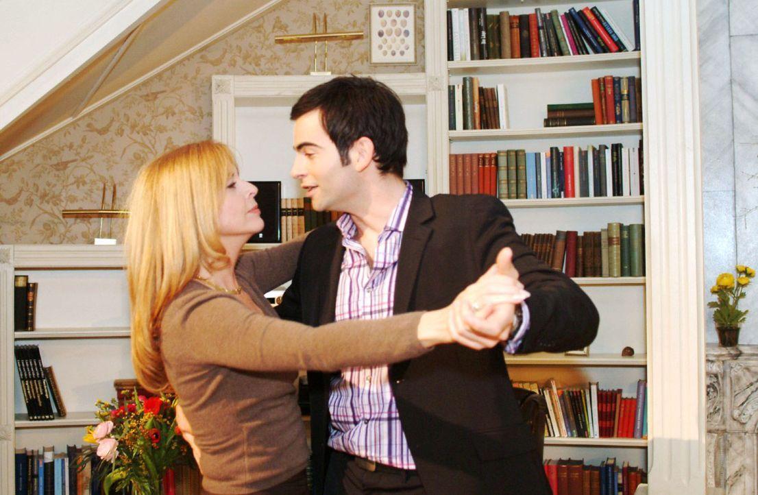 David (Mathis Künzler, r.) weiß nicht, wohin mit seinem Glück - und schnappt sich in seiner Euphorie Laura (Olivia Pascal, l.) für einen Tanz. - Bildquelle: Monika Schürle Sat.1