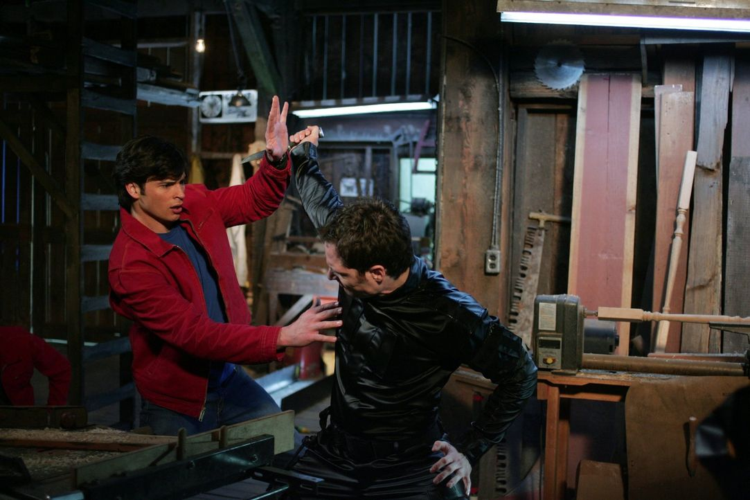 Der modifizierte Supersoldat Wes (Tamoh Penikett, r.) führt eigentlich nur Lex Luthors Befehle auf. Als Clark (Tom Welling, l.) ihm dabei versehentl... - Bildquelle: Warner Bros.