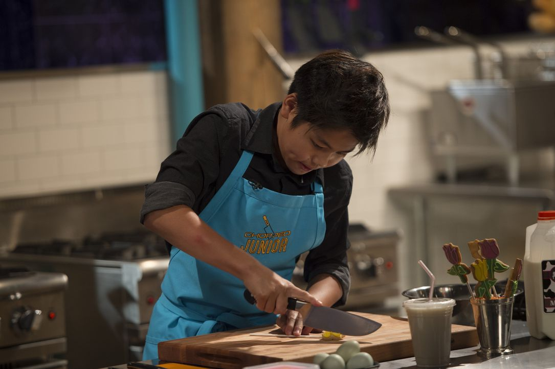Der zwölfjährige Tänzer Sean aus LA fühlt sich in der Küche zu Hause und muss der Chopped-Jury ein schmackhaftes Gericht aus Chicken Lollipops, Bohn... - Bildquelle: Scott Gries 2015, Television Food Network, G.P. All Rights Reserved