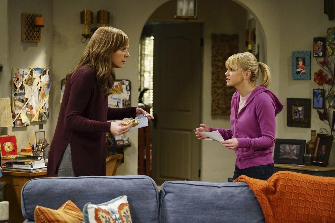 Während sich Bonnie (Allison Janney, l.) über das Verhalten einer Freundin ärgert, erhält Christy (Anna Faris, r.) enttäuschende Neuigkeiten, die ih... - Bildquelle: 2017 Warner Bros.