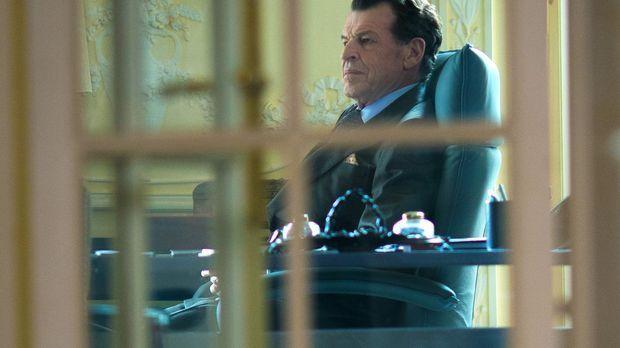Er versucht seinen Einfluss zu nutzen, um Sherlock und Watson wieder beim NYP...
