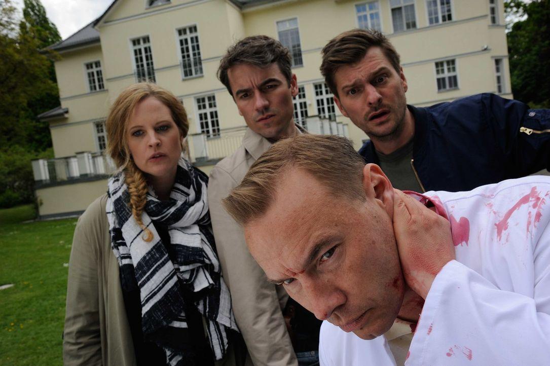 Ein von Pfeilen durchlöcherter Toter wurde aufgefunden. Gerade als Josephine (Diana Amft, l.), Fritz (Matthi Faust, r.) und Alexander (Alexander Khu... - Bildquelle: Hardy Spitz SAT.1