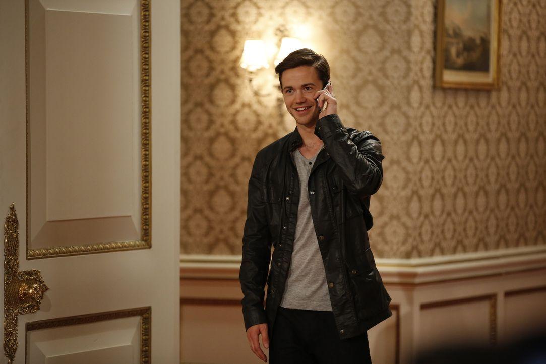 Während sich Prinz Liam mit Gemma auseinandersetzen muss, versucht Nick (Tom Ainsley) bei Ophelia zu landen. Doch hat er eine Chance? - Bildquelle: Tim Whitby 2014 E! Entertainment Media LLC/Lions Gate Television Inc.