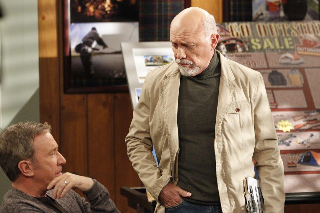 Im Laden hecken Mike (Tim Allen, l.) und Ed (Hector Elizondo, r) einen Plan aus, wie sie einen betrügerischen Händler loswerden sollen, der ihnen nu... - Bildquelle: 2011 Twentieth Century Fox Film Corporation