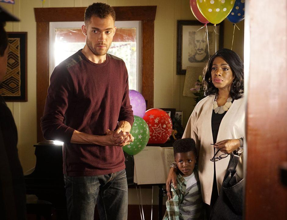 Rossi besucht seinen Enkel Kai (Jaiden Alexander McLeod, 2.v.r.) und dessen Vater Shawn (Dan J. Johnson, l.). Als dort seine Exfrau Hayden (Sheryl L... - Bildquelle: Robert Voets ABC Studios