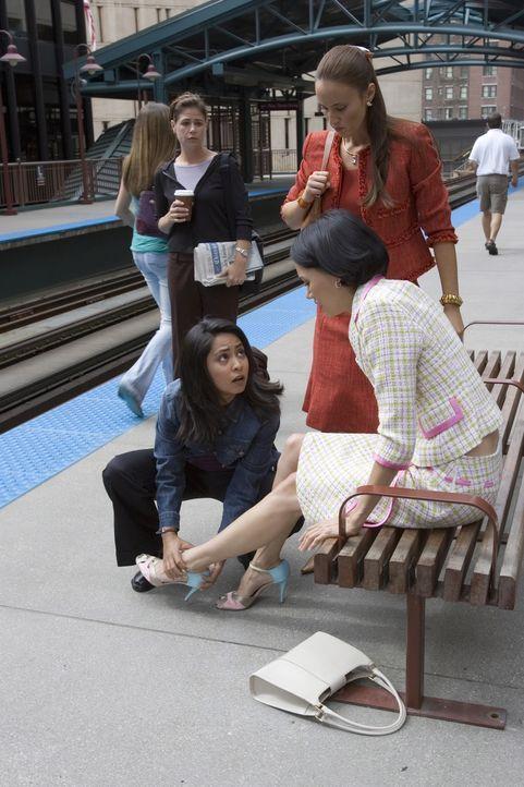 Nachdem sich Erika (Samantha Scanlan, 2.v.r.) und Drew (Sandrine Holt, r.) über Abbys (Maura Tierney, l.) und Neelas (Parminder Nagra, 2.v.l.) beque... - Bildquelle: Warner Bros. Television