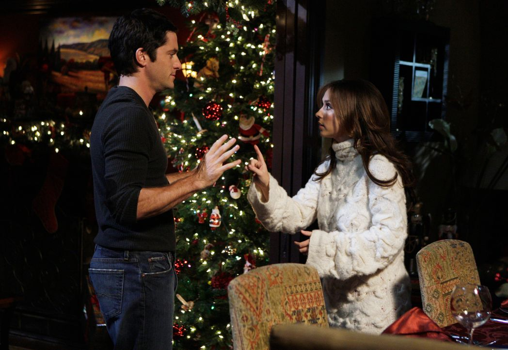Jim (David Conrad, l.) macht Melinda (Jennifer Love Hewitt, r.) den Vorschlag, das Weihnachtsessen mit Freunden abzusagen, doch davon ist sie nicht... - Bildquelle: ABC Studios