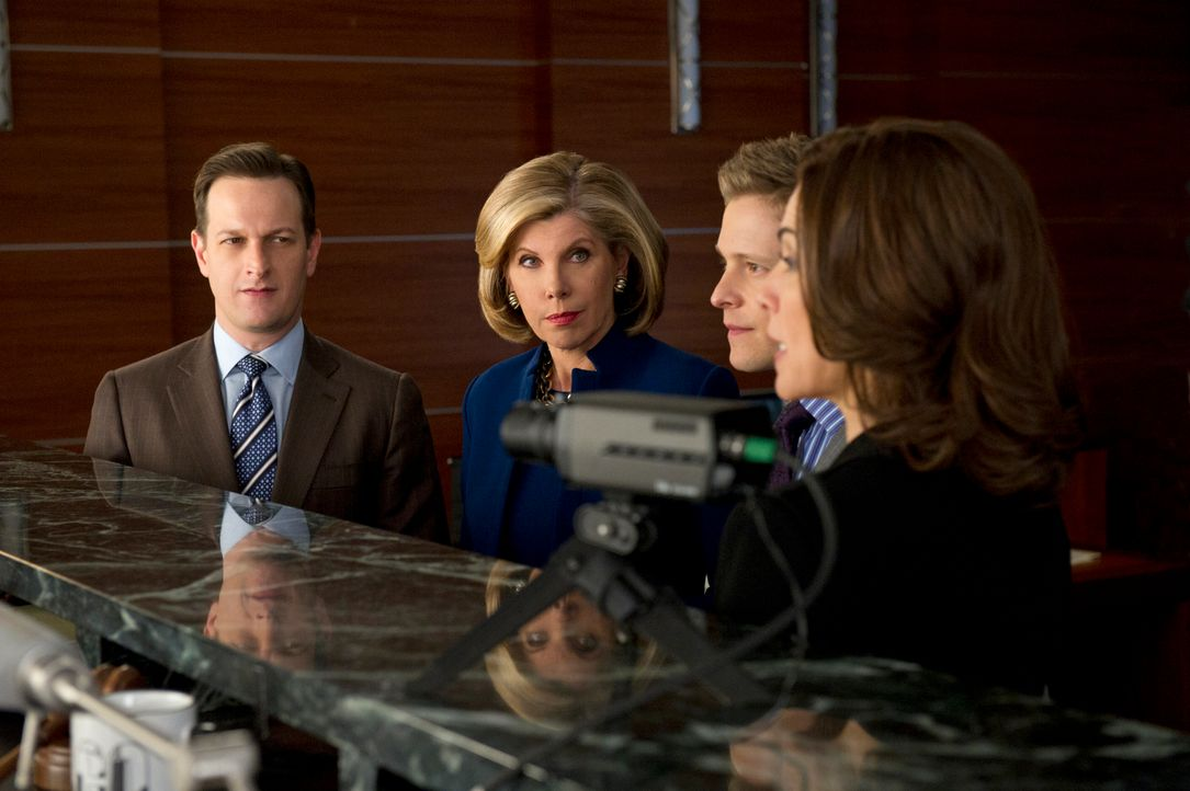 Als Will (Josh Charles, l.) und Diane (Christine Baranski, 2.v.l.) gegen Cary (Matt Czuchry, 2.v.r.) und Alicia (Julianna Margulies, r.) in einem Sc... - Bildquelle: David M. Russell 2012 CBS Broadcasting, Inc. All Rights Reserved