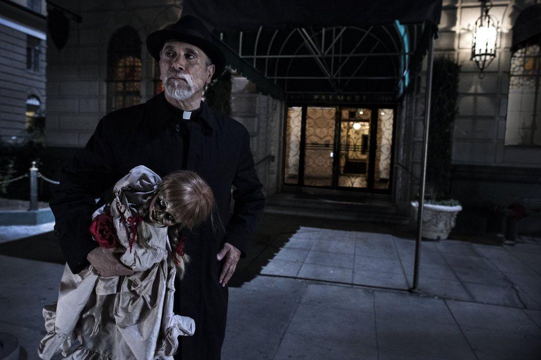 Mit allen Mitteln probiert Pater Perez (Tony Amendola), der Puppe Annabelle den Gar auszumachen. Doch hat er wirklich eine Chance gegen die dunklen... - Bildquelle: 2014 Warner Brothers