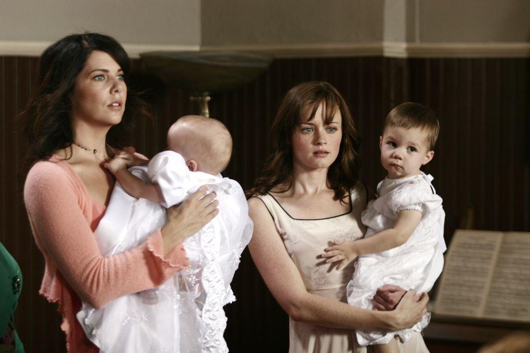 Obwohl Lorelai und Rory ihre Aufgabe als Taufpaten von Sookies Zwillingen wahrnehmen, herrscht weiterhin Eiszeit zwischen Mutter und Tochter ... - Bildquelle: Copyright Warner Brother International Television.