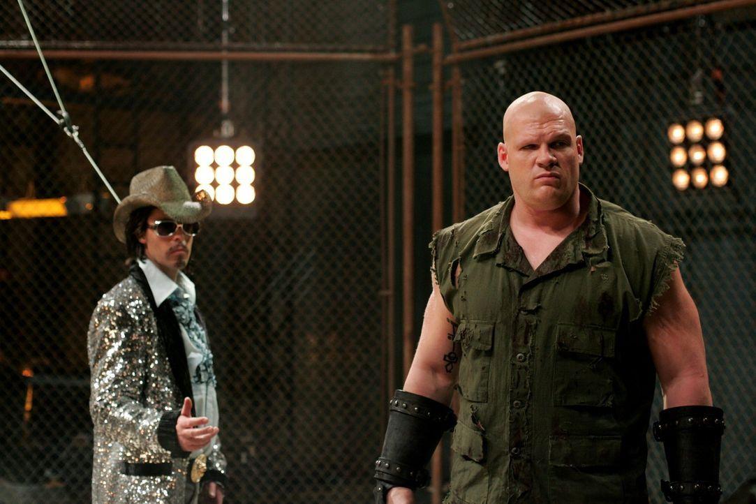 Noch hält der Ringrichter Maddox (Michael Eklund, l.) zu dem Kämpfer Titan (Glen Jacobs, r.). Er ahnt nicht, was bald mit ihm passieren wird ... - Bildquelle: Warner Bros.