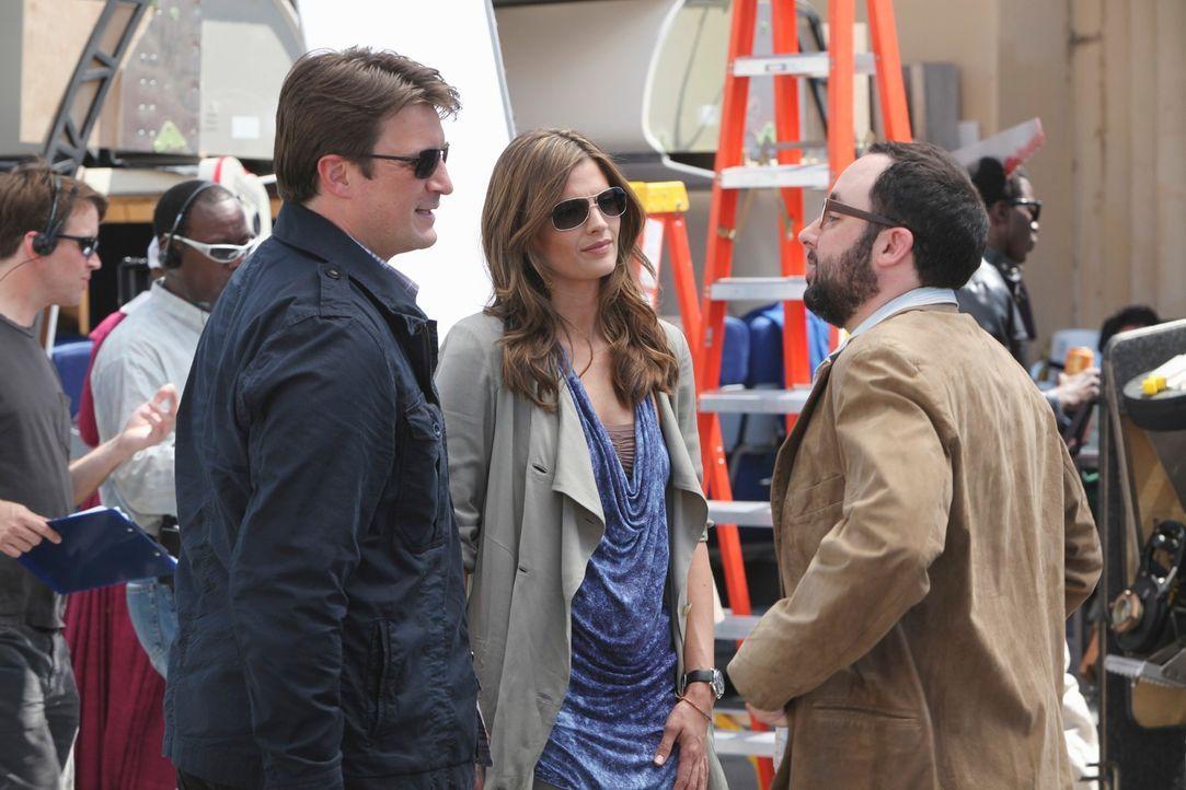 """Am Filmset für """"Heat Wave"""" stellt Castle (Nathan Fillion, l.) dem Regisseur Tony (P.J. Byrne, r.) Kate Beckett (Stana Katic, M.) vor, der sofort von... - Bildquelle: ABC Studios"""
