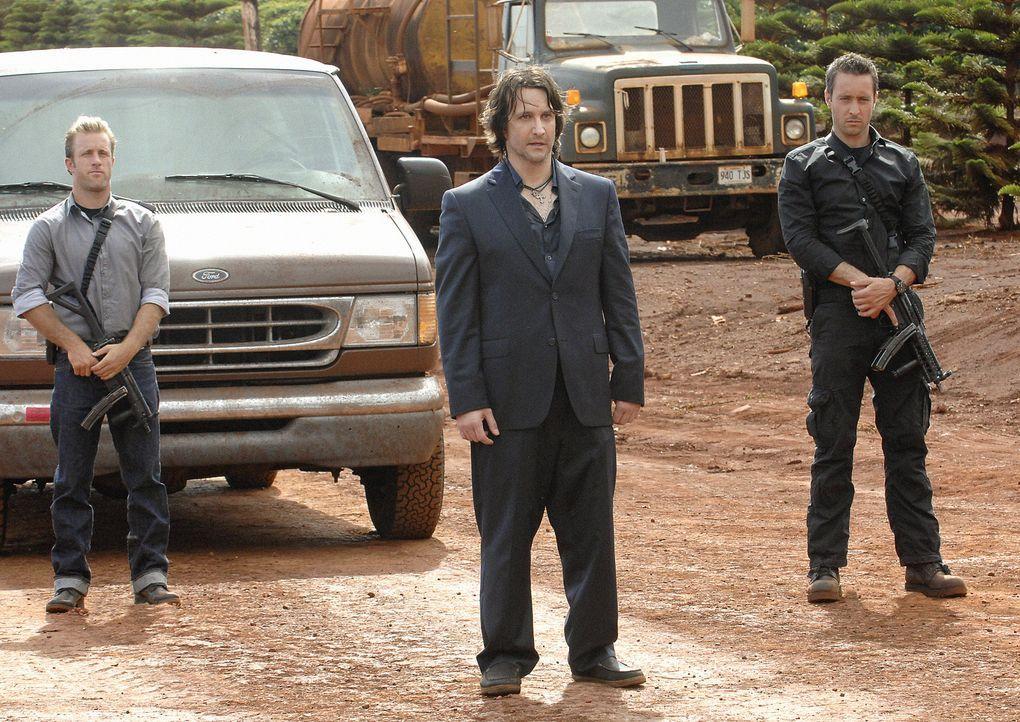 Der Polizist Meka, ein ehemaliger Kollege von Danny (Scott Caan, l.), wird auf grausame Weise ermordet. Steve (Alex O'Loughlin, r.) und sein Team ve... - Bildquelle: TM &   2010 CBS Studios Inc. All Rights Reserved.
