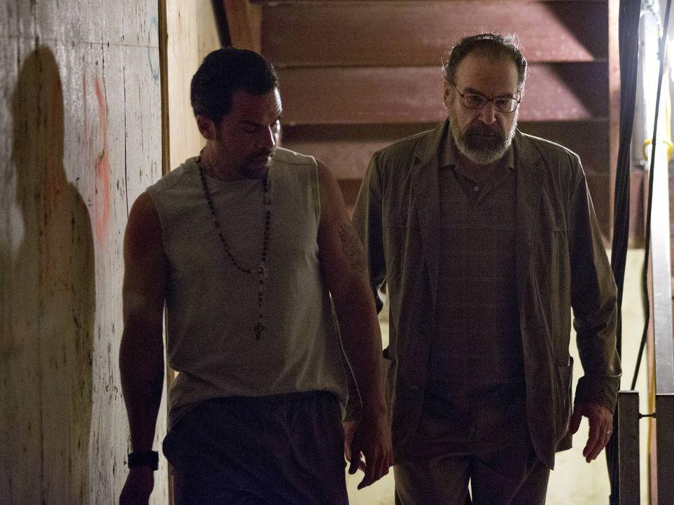 Während Carrie angeschossen wurde, reist Saul (Mandy Patinkin, r.) nach Caracas, um sich mit El Nino (Manny Perez, l.) zu treffen. Dort angekommen ü... - Bildquelle: 2013 Twentieth Century Fox Film Corporation. All rights reserved.