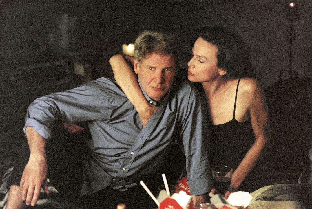 Hat schon drei teure Ex-Frauen: Gavilan (Harrison Ford, l.) mit Ruby (Lena Olin, r.) ... - Bildquelle: 2003 Sony Pictures Television International. All Rights Reserved.