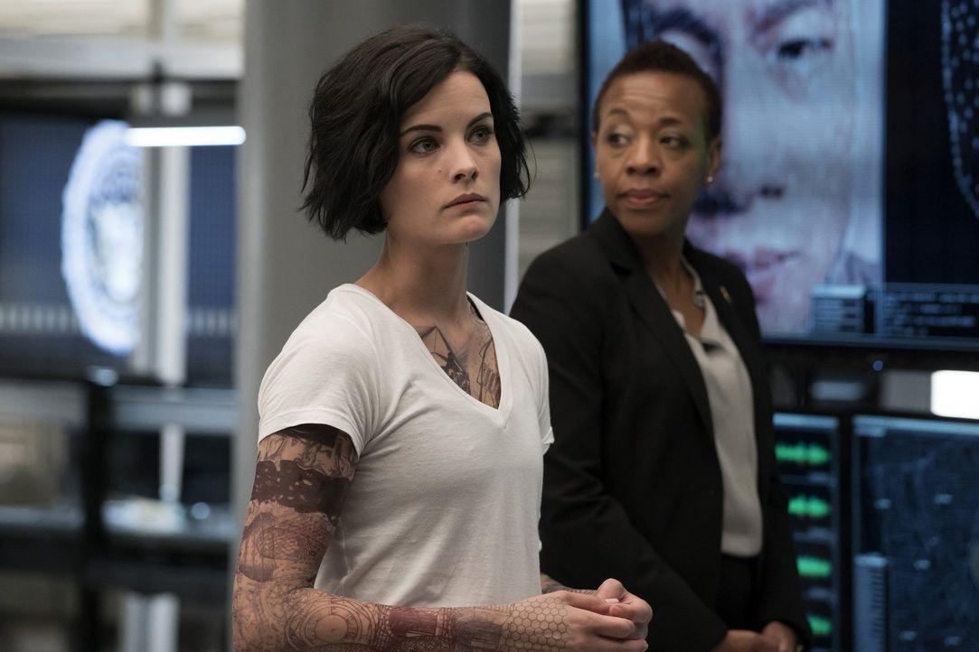 Noch haben sie keine Ahnung wer hinter all den Tattoos steckt: Jane (Jaimie Alexander, l.) und Bethany Mayfair (Marianne Jean-Baptiste, r.) ... - Bildquelle: Warner Brothers