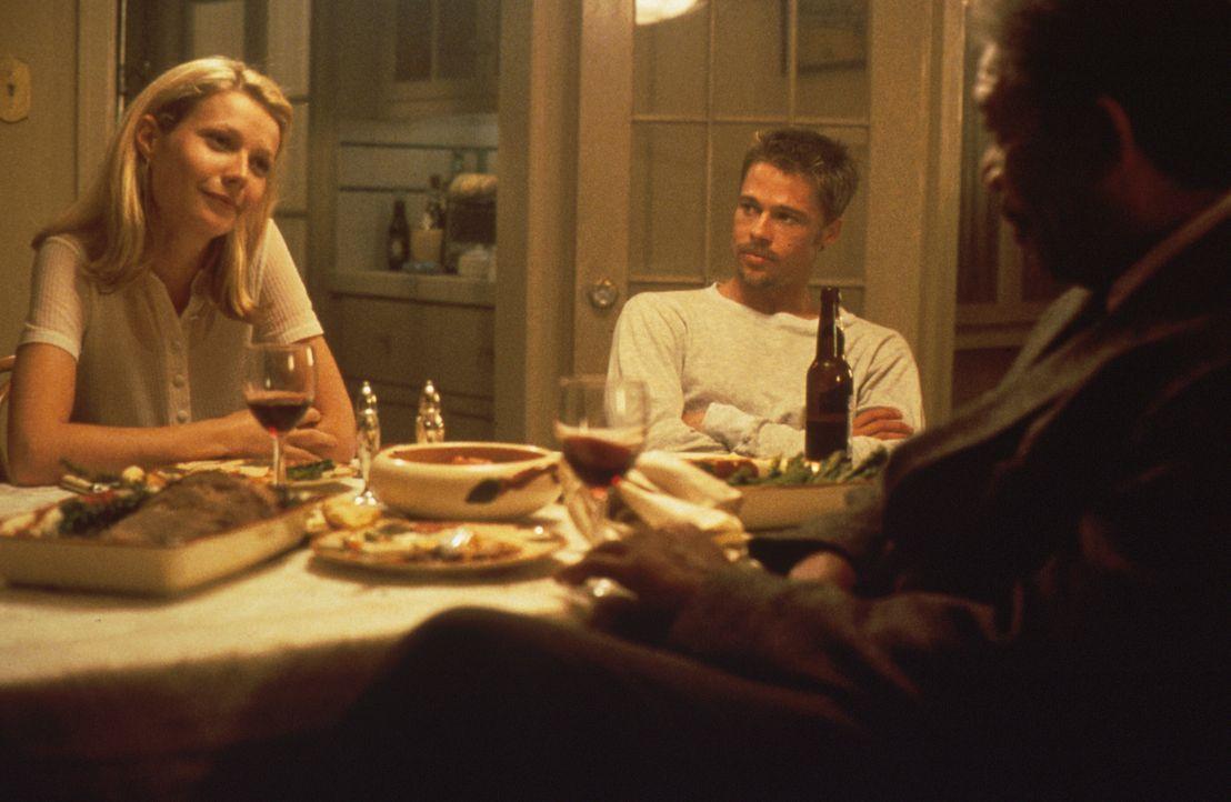 Im Zuge der Ermittlungen lernt der Cop William Sommerset (Morgan Freeman, r.) David Mills (Brad Pitt, M.) Frau Tracy (Gwyneth Paltrow, l.) kennen. D... - Bildquelle: Constantin Film