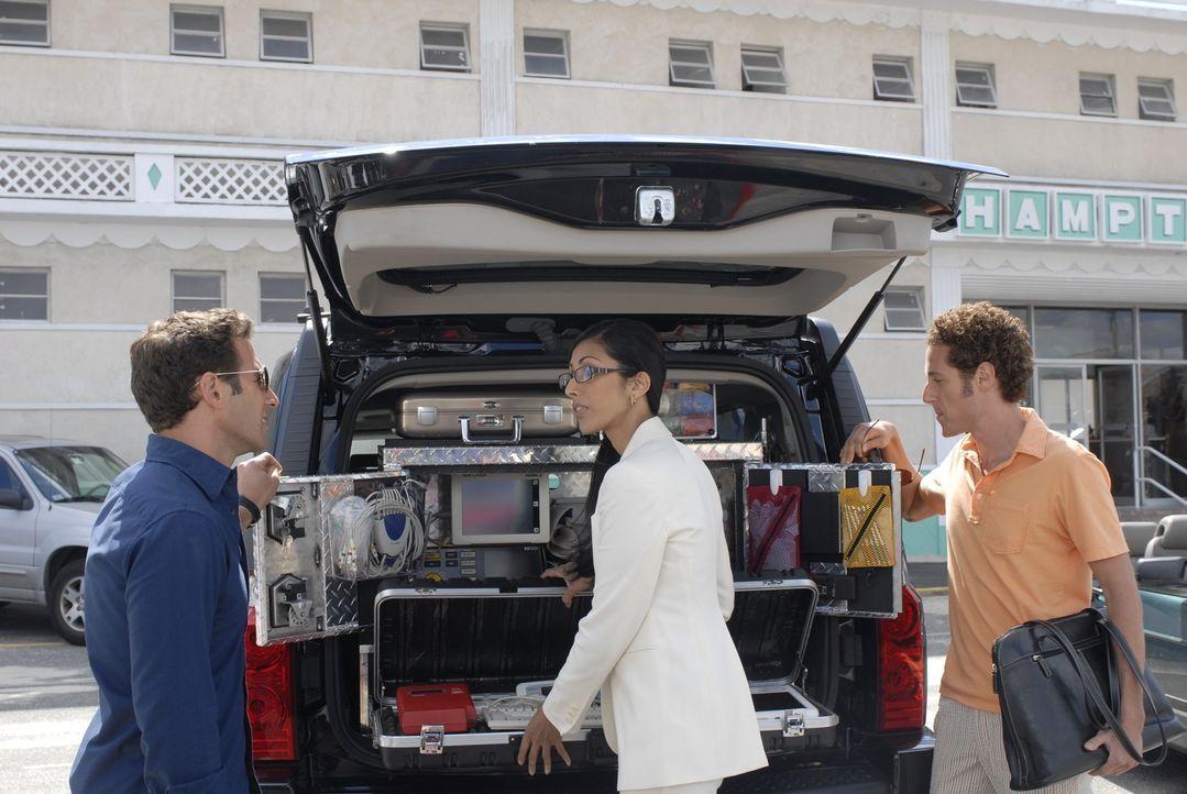 Dr. Hank Lawson (Mark Feuerstein, l.) und sein Bruder (Paulo Costanzo, r.) staunen nicht schlecht, als Divya (Reshma Shetty, M.) ihnen die mobile Pr... - Bildquelle: Universal Studios
