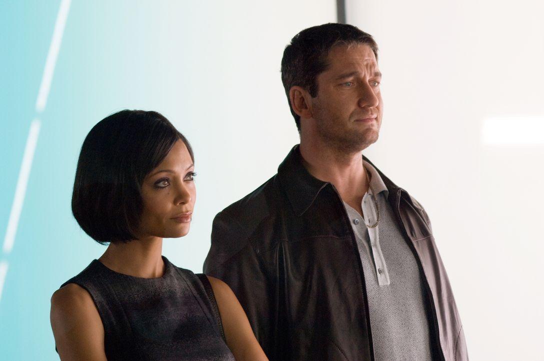 Verführerisches Angebot: Ob One Two (Gerald Butler, r.) Stellas (Thandie Newton, l.) Auftrag gewachsen ist? - Bildquelle: Warner Bros.