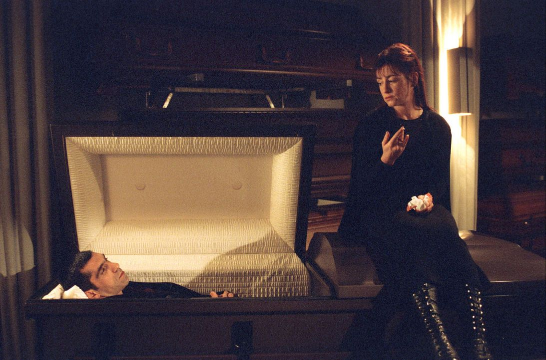 Eva Blond und Alyans (Erdal Yildiz, l.) befragen Luzie Feinstein (Ulrike Krumbiegel, r.) nach ihrem Mann, der verschwunden ist. - Bildquelle: Sat.1