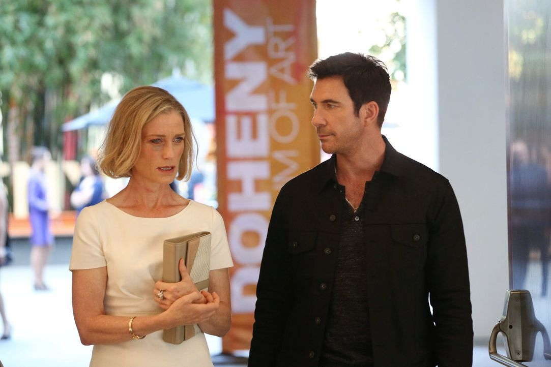 Sucht Hilfe bei Jack (Dylan McDermott, r.) und seinen Kollegen, nachdem ihr furchteinflößende Dinge passiert sind: Andrea Brown (Edita Brychta, l.)... - Bildquelle: Warner Bros. Entertainment, Inc.