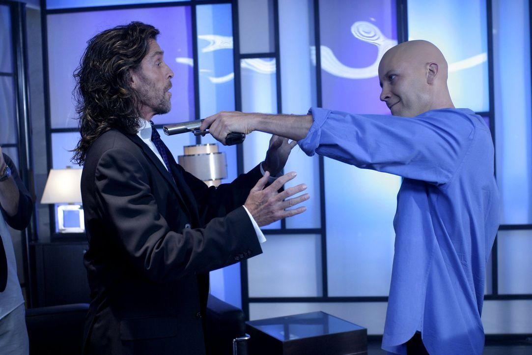 Lex (Michael Rosenbaum, r.) ist überzeugt davon, dass sein Vater Lionel (John Glover, l.) und Morgan Edge seine Großeltern aus Geldgier getötet habt... - Bildquelle: Warner Bros.