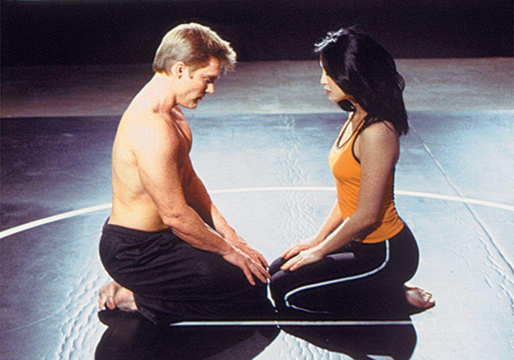 Deke Slater (Judson Mills, l.) und Que McCord (Jennifer Tung, r.) bereiten sich auf einen äußerst harten Einsatz vor. - Bildquelle: CBS Television