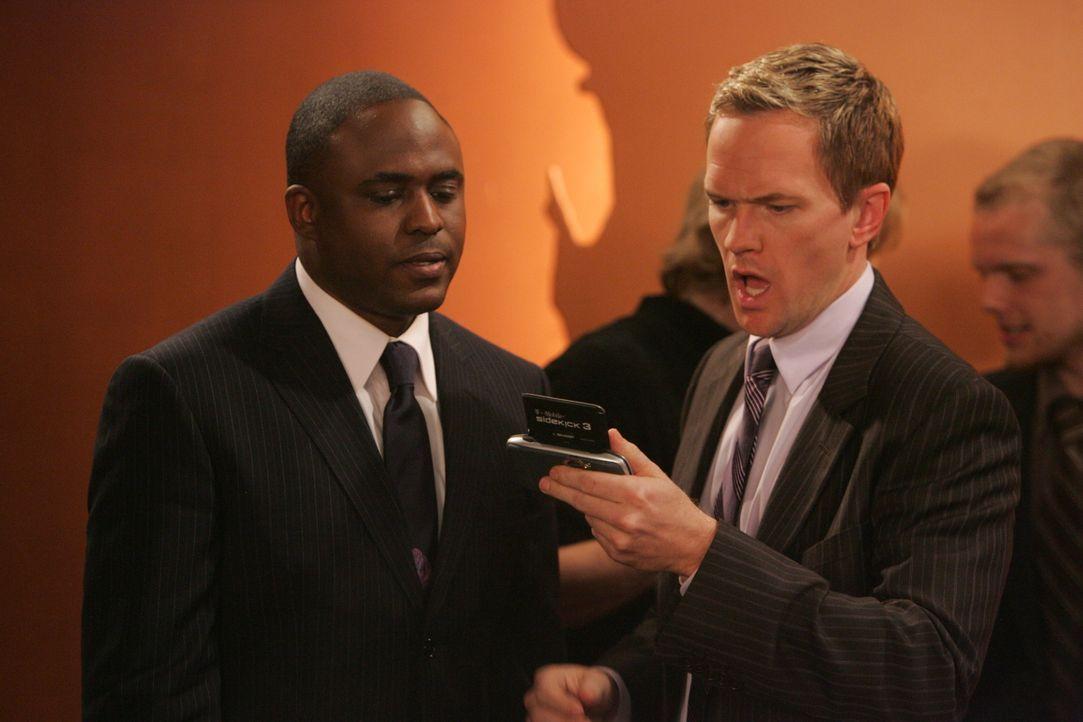 Barney (Neil Patrick Harris, l.) bekommt von Besuch von seinem Bruder James (Wayne Brady, r.) Da seine Freunde Winterschlaf halten, freut er sich um... - Bildquelle: 20th Century Fox International Television