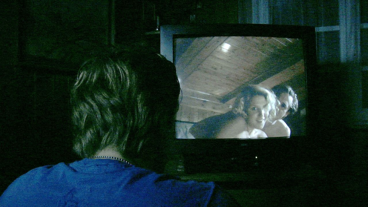 Als der dubiose Fernseher Mike (Adrian Topol) auch noch eindeutige Homevideos seiner Freundin mit Jürgen zeigt, rastet er völlig aus ...